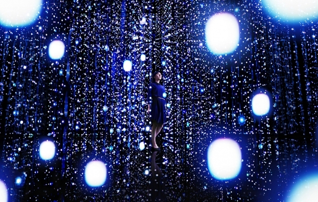 「teamLab Exhibition, Walk Through the Crystal Universe」ポーラ ミュージアム アネックス